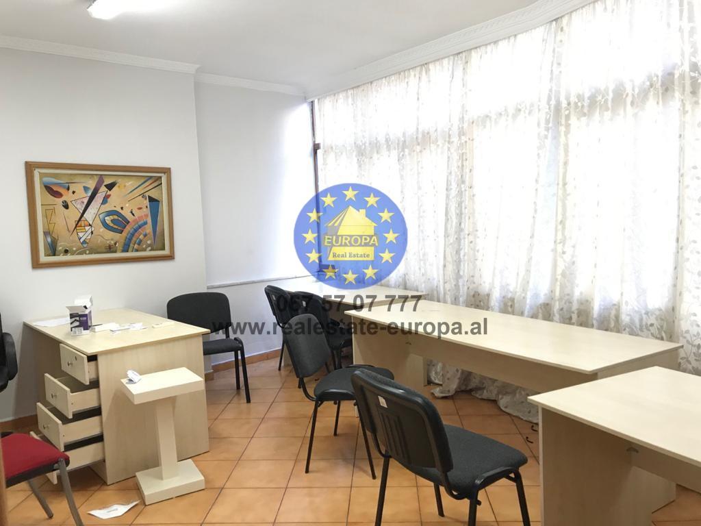 (Shqip) (ID 221899) Jepet me Qera Ambient Zyre (2+1), tek ish Stacioni i Trenit, Cmimi 300 Euro